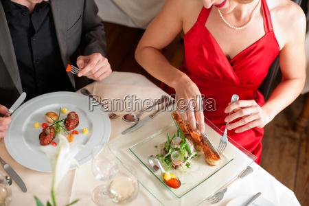 coppia mangiare e bere in un