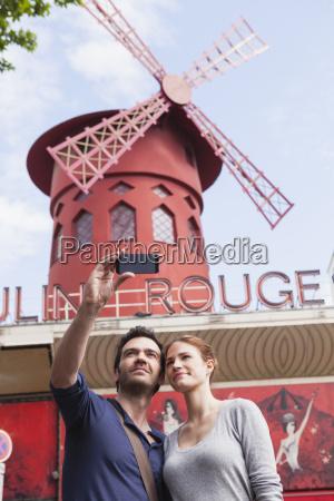 franciaparigifotografando paio themself con lo smartphone
